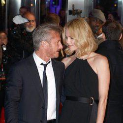 Sean Penn y Charlize Theron mirándose de forma cómplice en el estreno de 'The Gunman'