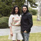 Blanca Romero y Yon González en la presentación de 'Bajo sospecha'