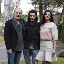 Lluis Homar, Blanca Romero y Yon González en la presentación de 'Bajo sospecha'