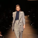 Irina Shayk desfilando en el desfile benéfico de Naomi Campbell en Nueva York Fashion Week