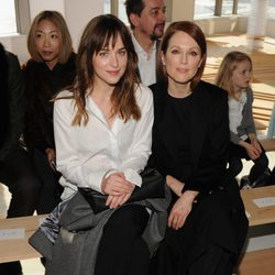 Dakota Johnson y Julianne Moore en el desfile de Hugo Boss en Nueva York Fashion Week otoño/invierno 2015/2016