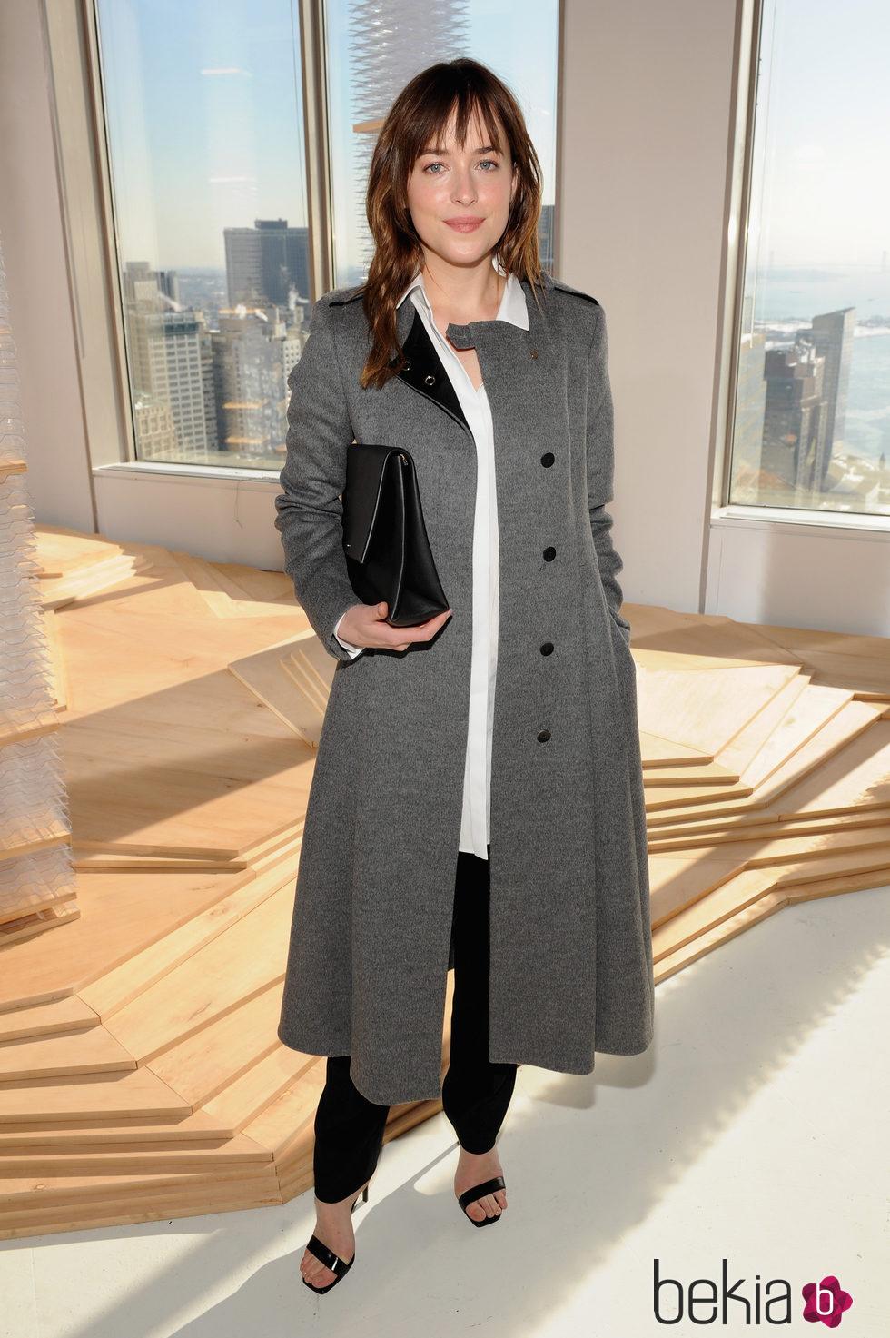Dakota Johnson en el desfile de Hugo Boss en Nueva York Fashion Week otoño/invierno 2015/2016