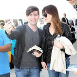 Dakota Johnson atiende a un fan en el aeropuerto de Los Angeles