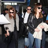 Julianne Moore y Dakota Johnson comparten vuelo y llegan a Los Angeles