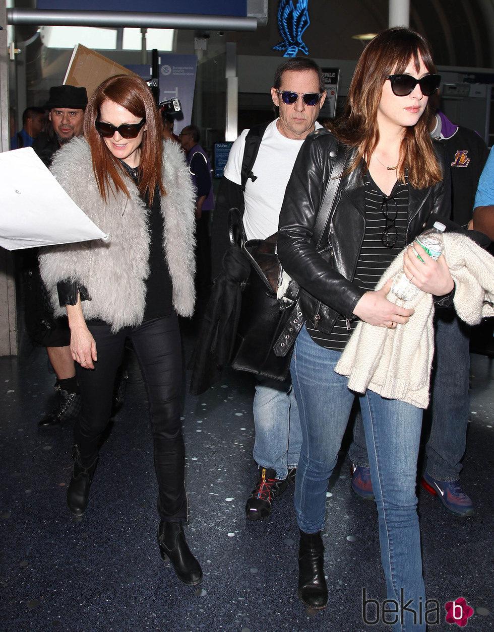 Julianne Moore y Dakota Johnson comparten vuelo y llegan a Los Angeles