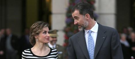 Los Reyes Felipe y Letizia charlan muy cómplices en A Coruña
