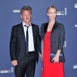 Sean Penn y Charlize Theron en los Premios César 2015