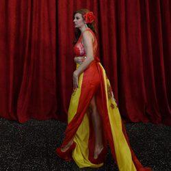 Sonia Monroy en la alfombra roja de los Oscar 2015 envuelta en la bandera española