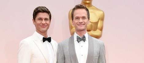 Neil Patrick Harris posa junto a su marido David Burtka en la alfombra roja de los Oscar 2015