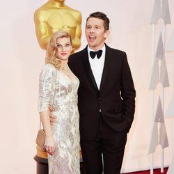 Ethan Hawke llega junto a su mujer Ryan Hawke a la alfombra roja de los Oscar 2015