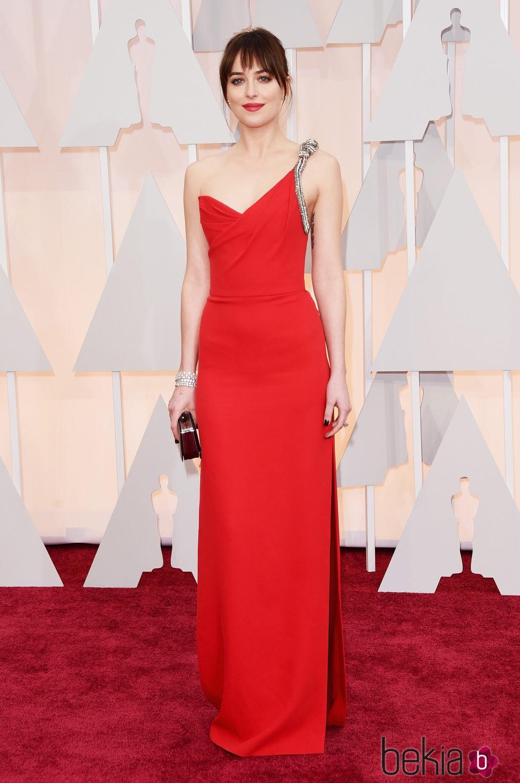 Dakota Johnson llega a la alfombra roja de los Oscar 2015