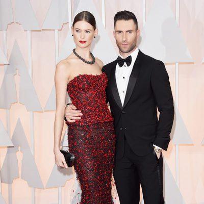 Adam Levine posa junto a su esposa Behati Prinsloo en la alfombra roja de los Oscar 2015