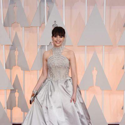 Felicity Jones llega a la alfombra roja de los Oscar 2015