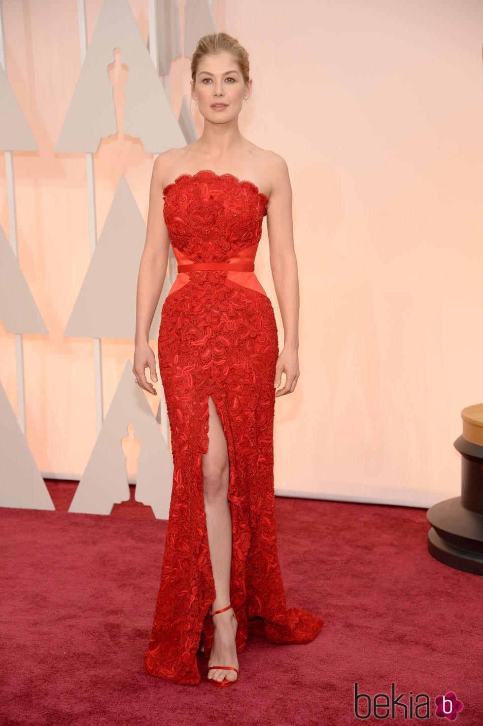 Rosamund Pike posa en al alfombra roja de los Oscar 2015