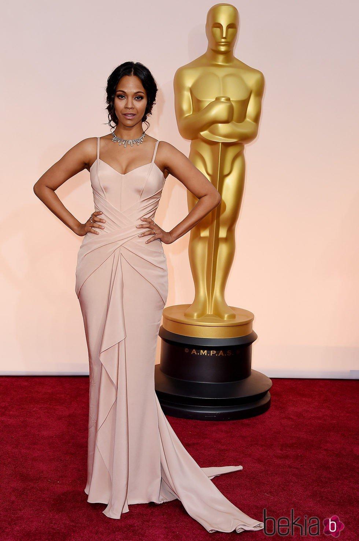 Zoe Saldana posa a su llegada a la alfombra roja de los Oscar 2015