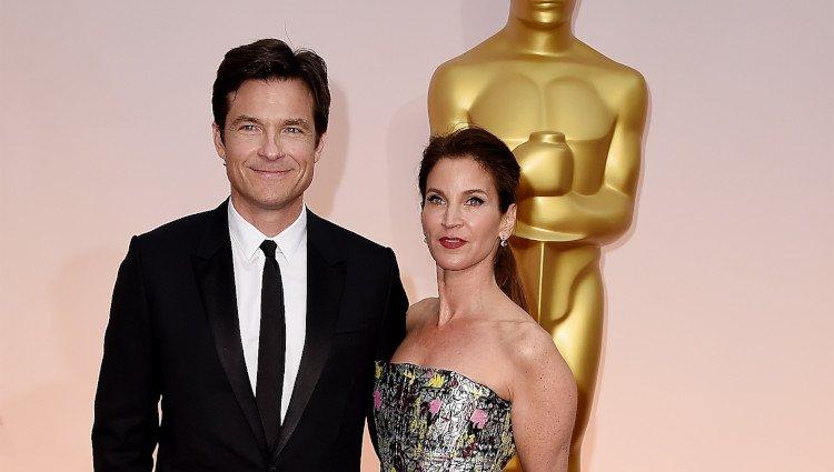 Jason Bateman y Amanda Anka posan en la alfombra roja de los Oscar 2015