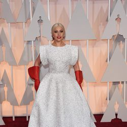 Lady Gaga llega a la alfombra roja de los Oscar 2015