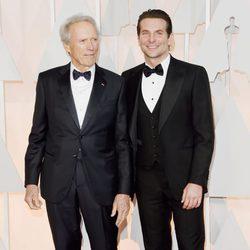 Bradley Cooper posa junto a Clint Eastwood en la alfombra roja de los premios Oscar 2015