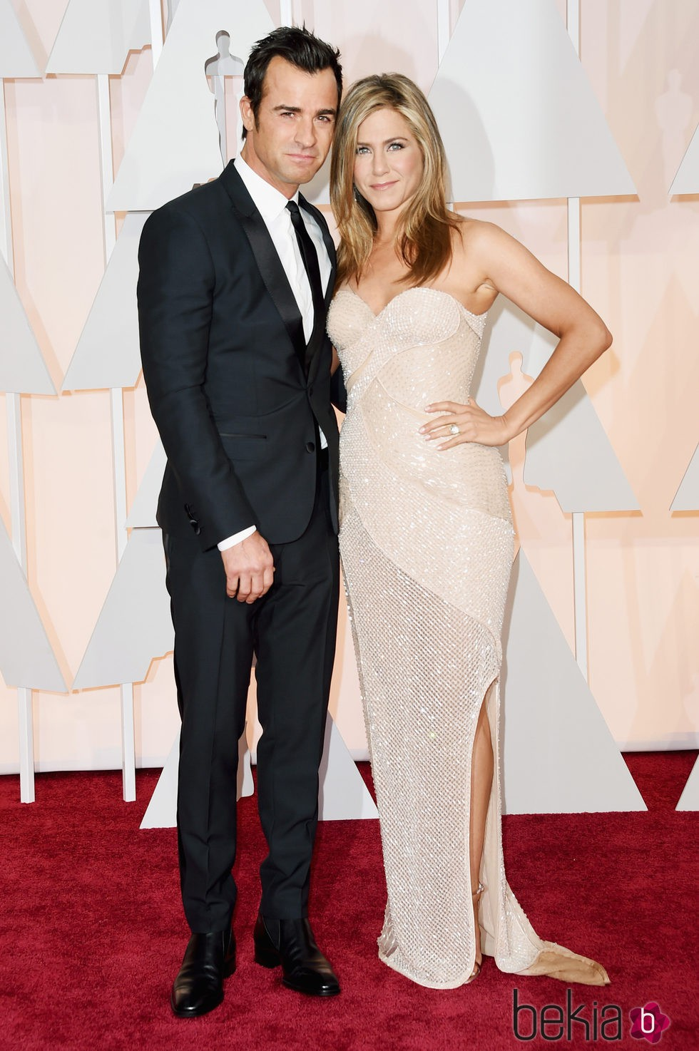 Jennifer Aniston y su prometido Justin Theroux posan en la alfombra roja de los Oscar 2015