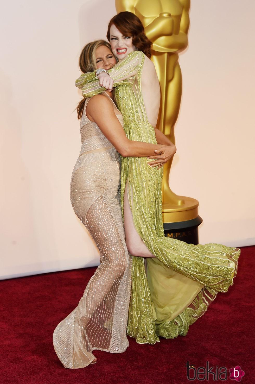 Jennifer Aniston y Emma Stone la lían en la alfombra roja de los Oscar 2015