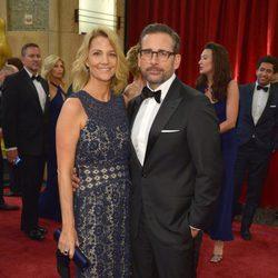 Steve Carell posa junto a su mujer Nancy Carell en la alfombra roja de los Oscar 2015