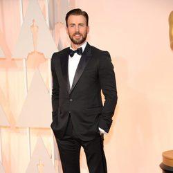 Chris Evans posa a su llegada a la alfombra roja de los Oscar 2015