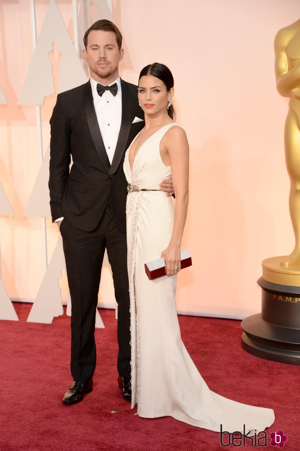 Channing Tatum y su mujer Jenna Dewan Tatum posan en la alfombra roja de los Oscar 2015