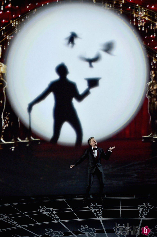 Neil Patrick Harris protagoniza el número musical inicial de los Oscar 2015