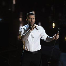Adam Levine interpreta 'Lost Star' en la ceremonia de los Oscar 2015