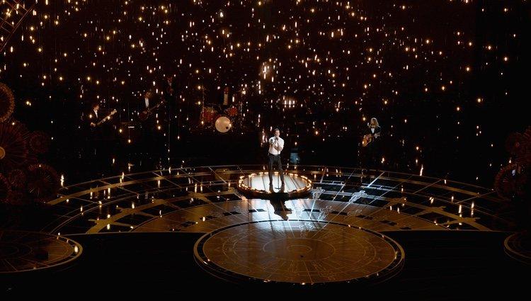 Adam Levine en el número musical de 'Lost Stars' en los Oscar 2015