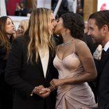 Zoe Saldaña y Marco Perego besándose en la alfombra roja de los Oscar 2015