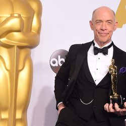 J.K. Simmons posa con su Oscar como Mejor Actor de reparto