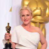 Patricia Arquette posa con su Oscar como Mejor Actriz de reparto