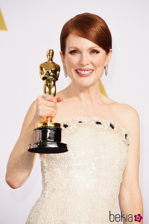 Julianne Moore posa con su primer Oscar como Mejor Actriz