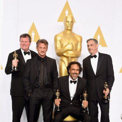Alejandro González Iñárritu posa junto a sus tres Oscars y Sean Penn