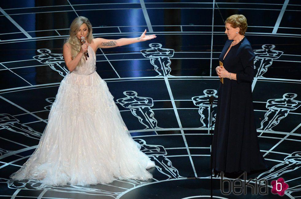 Lady Gaga y Julie Andrews tras el homenaje a 'Sonrisas y lágrimas' en los Oscar 2015