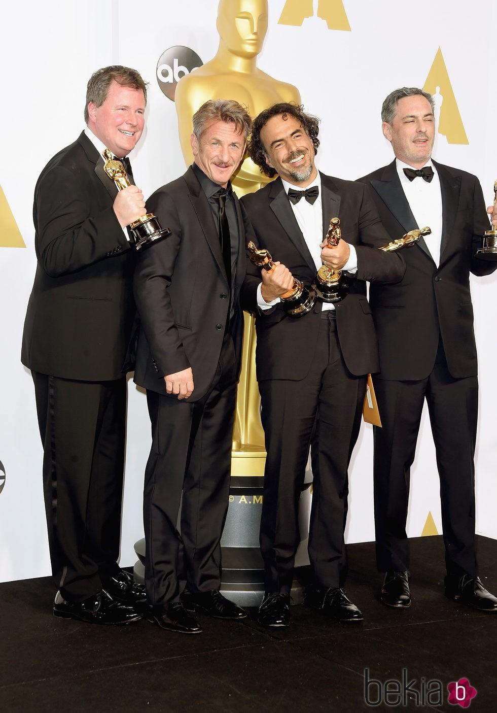 James W. Skotchdopole, Sean Penn y Alejandro González Inarritu en los Oscar 2015