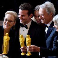 Meryl Streep, Bradley Cooper y Clint Eastwood posan con sus Oscar de LEGO
