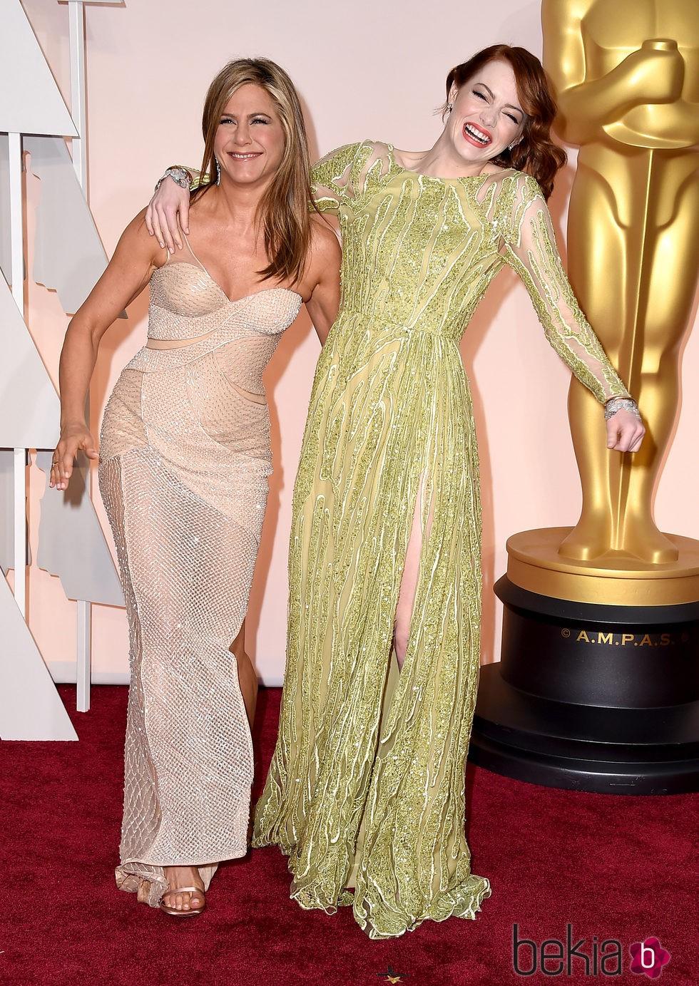 Jennifer Aniston y Emma Stone se divierten en la alfombra roja de los Oscar 2015