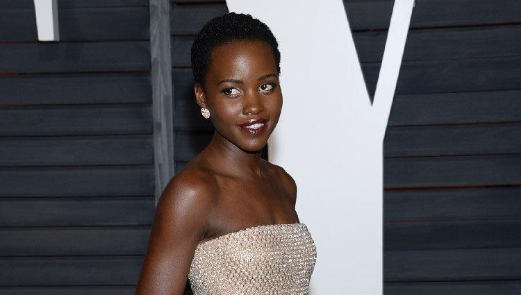 Lupita N'yongo en la fiesta Vanity Fair tras los Oscar 2015