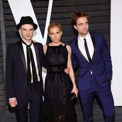 Tom Sturridge, Sienna Miller y Robert Pattinson en la fiesta Vanity Fair tras los Oscar 2015