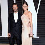 Adam Levine y Behati Prinsloo en la fiesta Vanity Fair tras los Oscar 2015