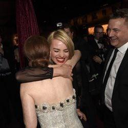 Julianne Moore y Margot Robbie se abrazan en la fiesta Governors Ball tras los Oscar 2015