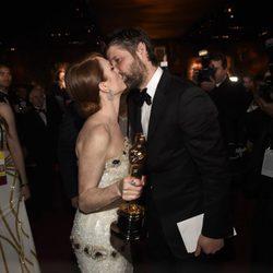 Julianne Moore besa a su marido en la fiesta Governors Ball tras los Oscar 2015