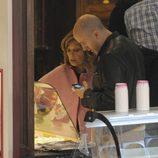 María Teresa Campos, indecisa entre la vainilla y el chocolate en un centro comercial de Madrid