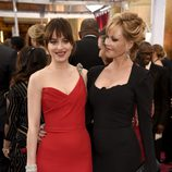 Melanie Griffith posa orgullosa con su hija Dakota Johnson en la alfombra roja de los premios Oscar 2015