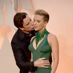 John Travolta da un beso a Scarlett Johansson en la alfombra roja de los Oscar 2015