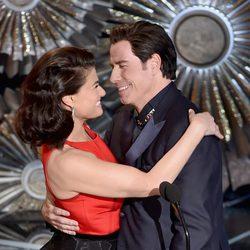 Idina Menzel y John Travolta presentan un premio en la gala de los Oscar 2015