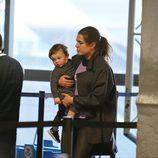 Carlota Casiraghi y su hijo Raphaël en el aeropuerto de Los Angeles