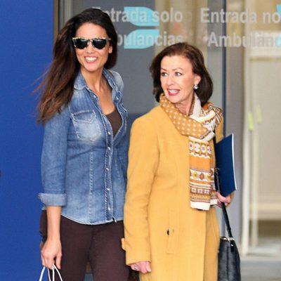Lara Álvarez y la madre de Fernando Alonso saliendo del hospital de Barcelona
